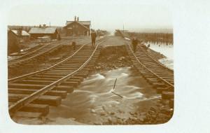 Vykort, Oxberg 1906. Översvämning vid järnvägsstaationen. Foto: Per Smedman
