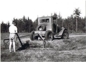 Karl Lärka räfsar med epatraktor, 1950-tal